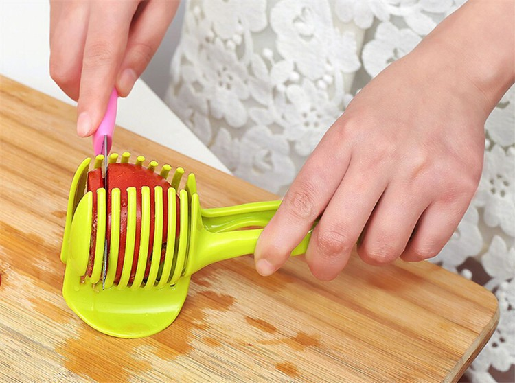 Plastový držák ke snadnému krájení ovoce a zeleniny