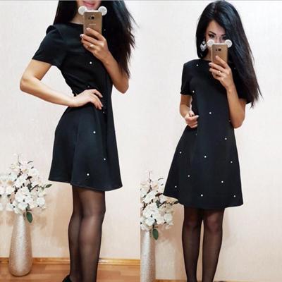 Modní šaty s perlama a krátkým rukávem černé